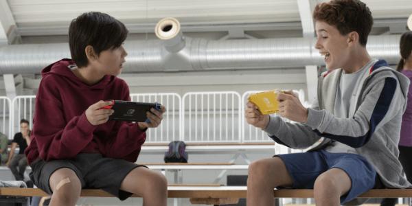 Kinderen spelen met Nintendo Switch en Nintendo Switch Lite