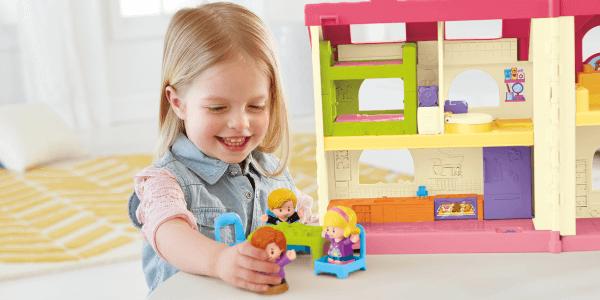 Meisje speelt met Fisher-Price Little People