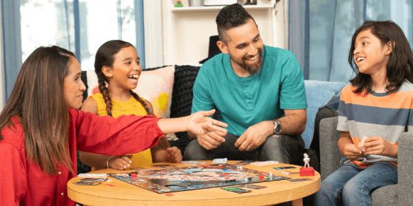 Gezin speelt Monopoly voor slechte verliezers
