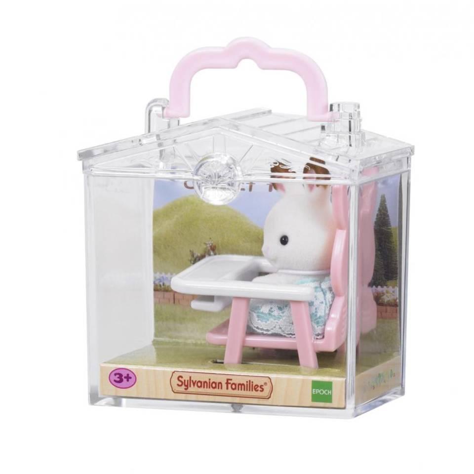 Sylvanian Families baby draagdoosje konijn op babystoeltje 5197